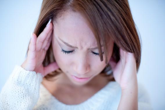 頭痛イメージ女性